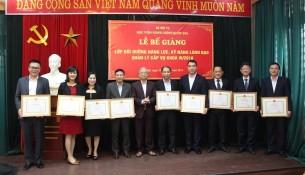 NGƯT.TS. Vũ Thanh Xuân – Phó Giám đốc Học viện Hành chính Quốc gia cùng với các học viên đạt thành tích cao trong học tập