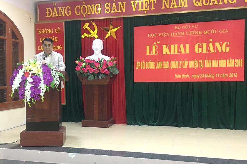 Đ/c Nguyễn Viết Trọng - Giám đốc Sở Nội vụ tỉnh Hòa Bình phát biểu tại Lễ khai giảng