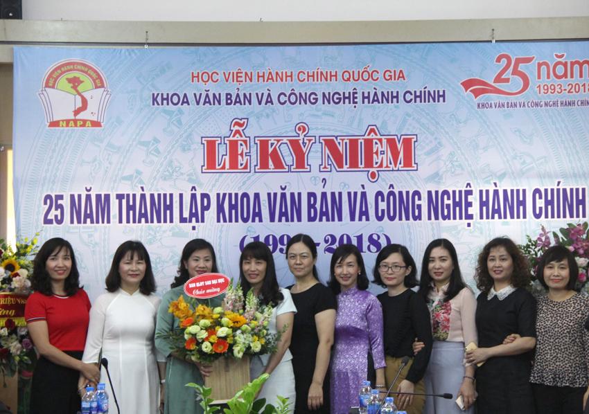 Các đại biểu, khoa ban tặng hoa chúc mừng Lễ kỷ niệm