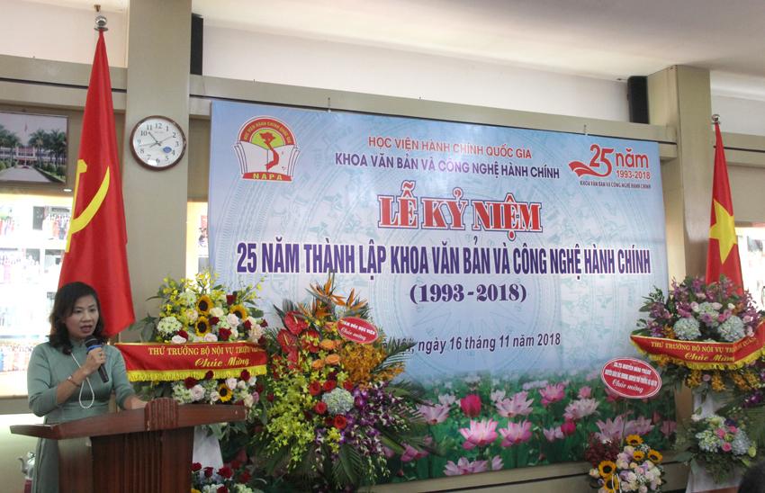 PGS.TS. Nguyễn Thị Thu Vân - Trưởng khoa Văn bản và Công nghệ hành chính trình bày diễn văn Lễ kỷ niệm