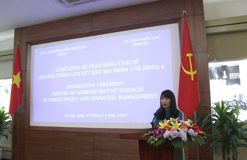 PGS.TS. Hoàng Mai – Phó Trưởng ban phụ trách, điều hành Ban quản lý đào tạo Sau Đại học trình bày Báo cáo về quá trình học tập và kết quả đào tạo của khóa học