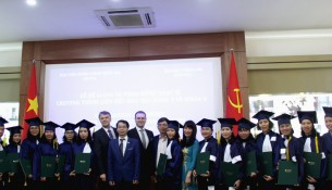 Các tân thạc sĩ được trao bằng
