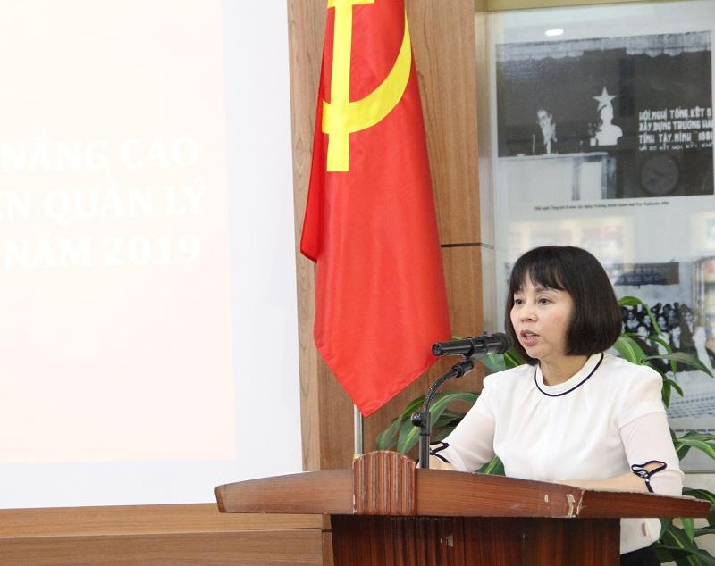 Đồng chí Nguyễn Thị Quy – Trưởng Phòng Kế hoạch – Tài chính báo cáo công tác lập kế hoạch và xây dựng dự toán các lớp bồi dưỡng theo chức vụ LĐQL và bồi dưỡng giảng viên QLNN.