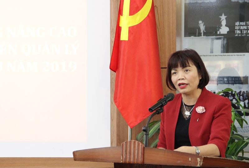 PGS.TS. Nguyễn Thị Hồng Hải – Trưởng Khoa Khoa học hành chính và Tổ chức nhân sự trình bày tham luận.