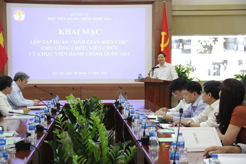 đồng chí Thái Quang Toản – nguyên Vụ trưởng, Vụ Tổ chức biên chế Bộ Nội vụ, trình bày các nội dung trong lớp tập huấn.
