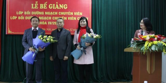 Đại diện của 2 lớp tặng hoa các thầy cô của Học viện