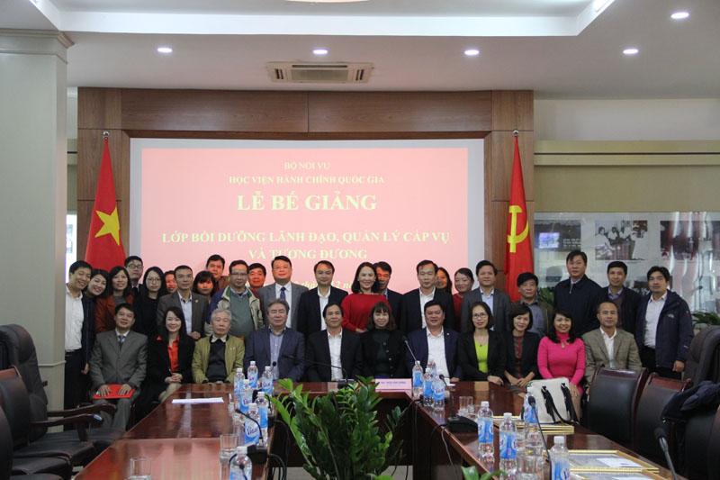 Lãnh đạo Bộ Nội vụ, lãnh đạo Học viện chụp ảnh lưu niệm với Học viên 2 lớp bồi dưỡng