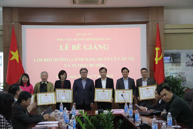 TS. Đặng Xuân Hoan - Giám đốc Học viện trao Giấy khen cho các học viên đạt thành tích cao trong khóa bồi dưỡng của Lớp 1