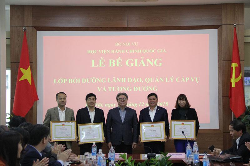 TS. Đặng Xuân Hoan - Giám đốc Học viện trao Giấy khen cho các học viên đạt thành tích cao trong khóa bồi dưỡng của Lớp 2