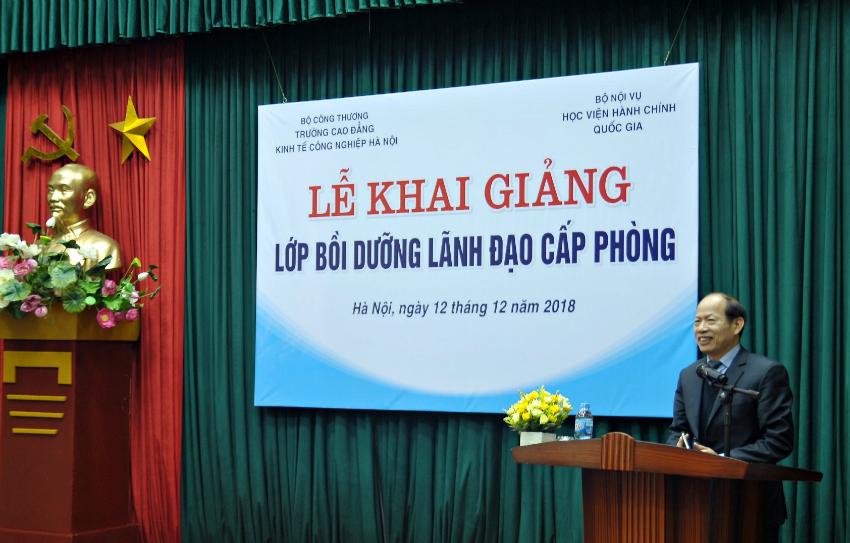 NGND.TS. Hà Xuân Quang Hiệu trưởng trường Cao đẳng Kinh tế Công nghiệp Hà Nội phát biểu tại buổi lễ