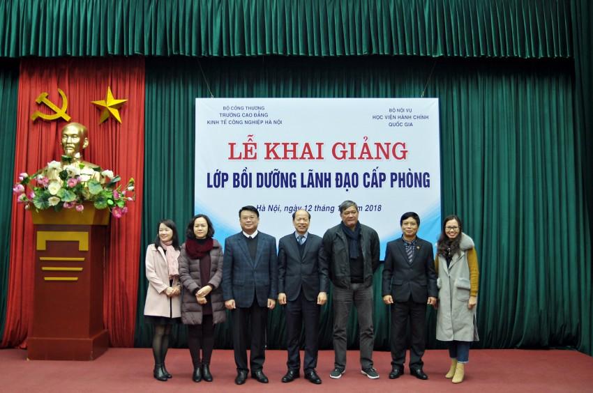 Ban cán sự lớp chụp ảnh lưu niệm cùng đại diện Ban lãnh đạo