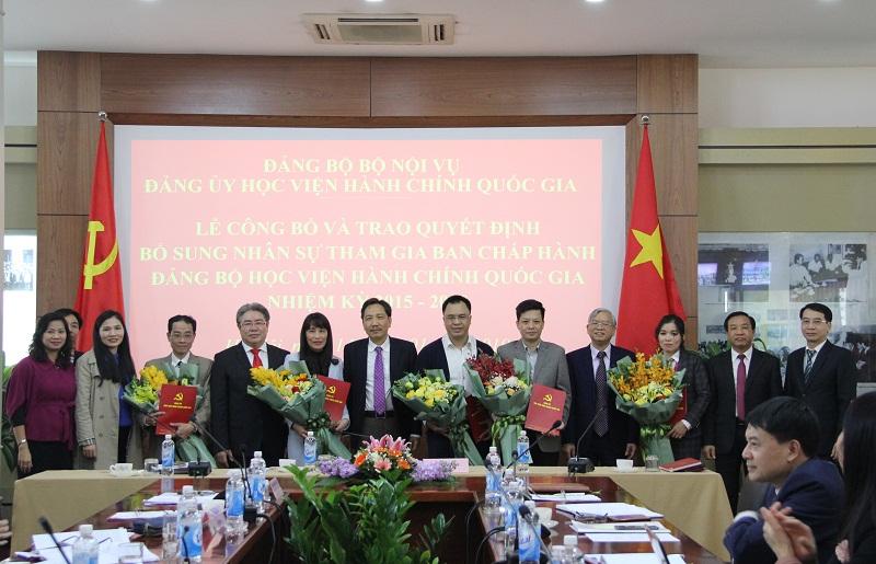 Đồng chí Trần Anh Tuấn - Ủy viên Ban Cán sự Đảng, Bí thư Đảng ủy, Thứ trưởng Bộ Nội vụ trao Quyết định và chúc mừng các đồng chí được bổ sung tham gia Ban Chấp hành Đảng bộ Học viện, nhiệm kỳ 2015 – 2020