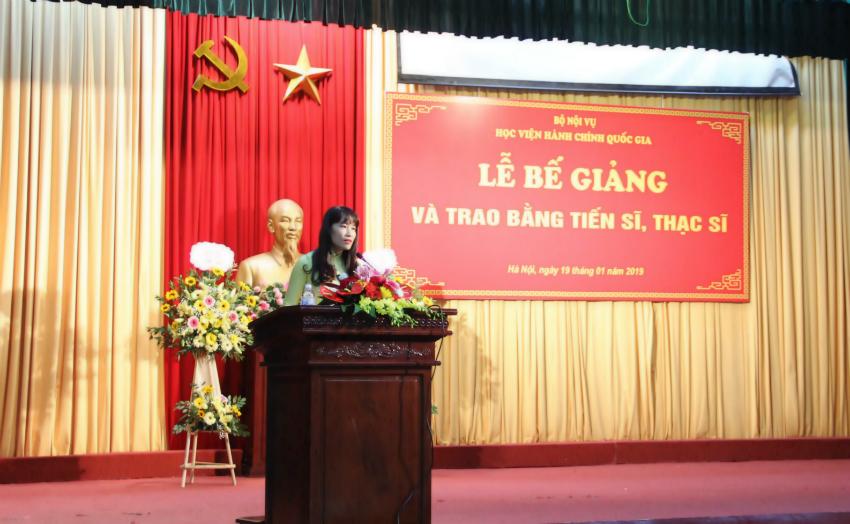 PGS.TS. Hoàng Mai – Phó Trưởng ban phụ trách, điều hành Ban quản lý đào tạo Sau Đại học tóm tắt quá trình công tác và nghiên cứu của các tân Tiến sĩ và tân thạc sĩ