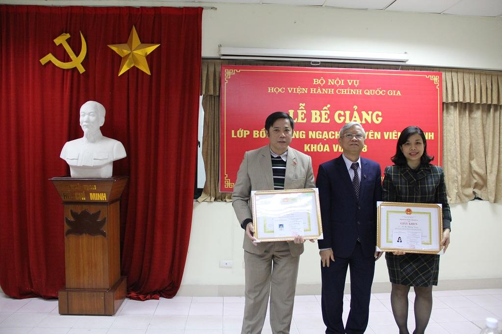 TS Vũ Thanh Xuân trao Giấy khen của Giám đốc Học viện và chứng chỉ cho các học viên hoàn thành tốt khóa học