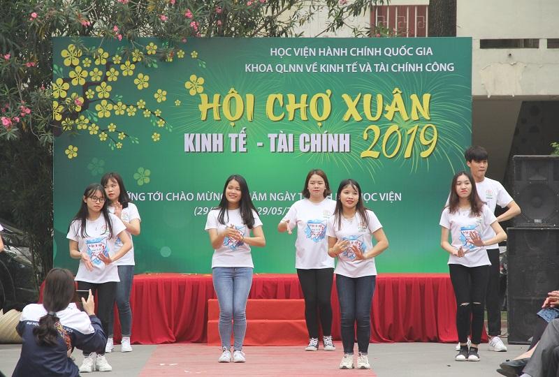 Nhiều hoạt động giao lưu văn hóa, văn nghệ sôi nổi giữa các giảng viên và sinh viên Học viện tại Hội chợ