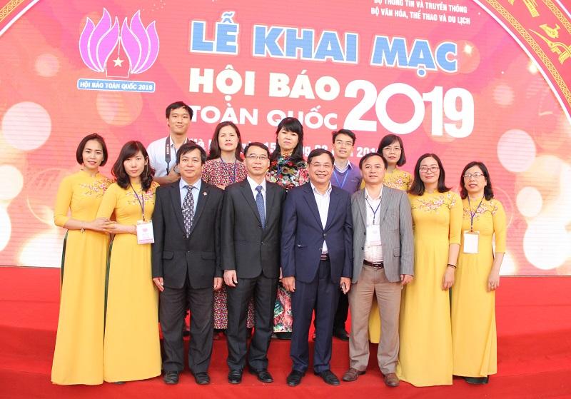 PGS.TS. Lương Thanh Cường – Phó Giám đốc Học viện tham dự và chung vui cùng tập thể cán bộ, biên tập viên Tạp chí QLNN tại Hội báo toàn quốc năm 2019.