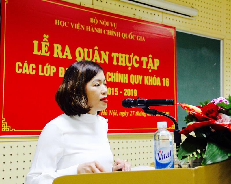 ThS. Lý Thị Kim Bình – Phó Trưởng Phòng Quản lý đào tạo và Phát triển nhân lực hành chính giới thiệu đại biểu tham dự Lễ ra quân thực tập