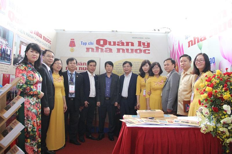 Lãnh đạo Hội Nhà báo tỉnh Thanh Hóa tham quan gian trưng bày của Tạp chí QLNN.