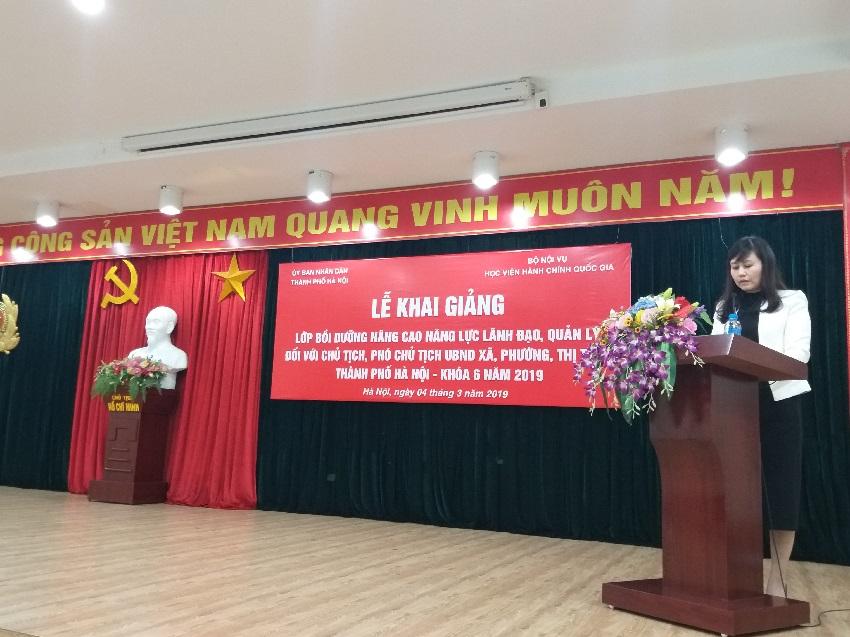 Đồng chí Lê Phương Thúy- Phó Trưởng Ban Quản lý bồi dưỡng công bố các Quyết định tổ chức lớp, Quyết định chủ nhiệm lớp của Giám đốc Học viện