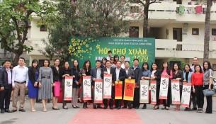 Lãnh đạo Khoa QLNN về Kinh tế và Tài chính công trao tặng tranh Thư pháp cho các đại biểu tham dự Hội chợ