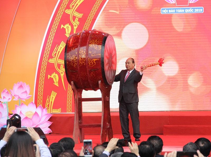 Thủ tướng Chính phủ Nguyễn Xuân Phúc đánh trống khai mạc Hội báo toàn quốc năm 2019