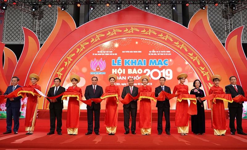 Thủ tướng Chính phủ Nguyễn Xuân Phúc cùng các đồng chí lãnh đạo các ban, bộ, ngành cắt băng khai mạc Hội báo toàn quốc năm 2019.