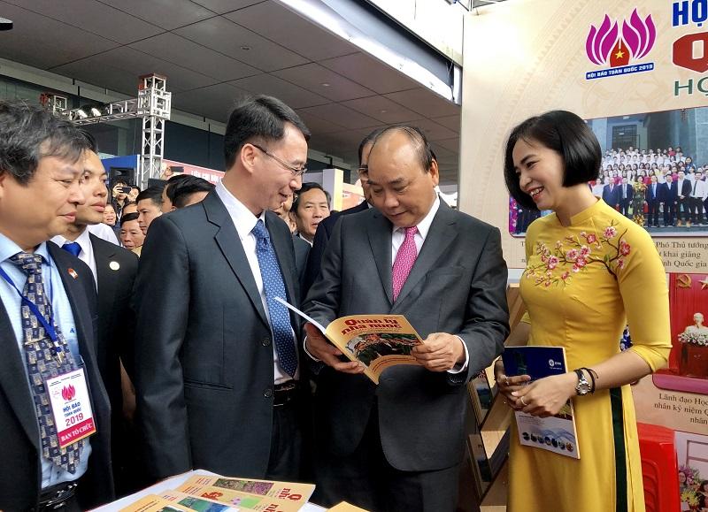 Thủ tướng Chính phủ Nguyễn Xuân Phúc cùng các đồng chí lãnh đạo các bộ, ban, ngành tham quan gian trưng bày của Tạp chí QLNN và trò chuyện với tập thể cán bộ, biên tập viên Tạp chí.