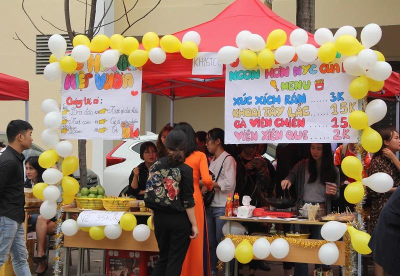 Gian hàng của sinh viên KH16 chuyên ngành Quản lý Tài chính công cung cấp đồ ăn nhanh phục vụ các khách hàng tại Hội chợ
