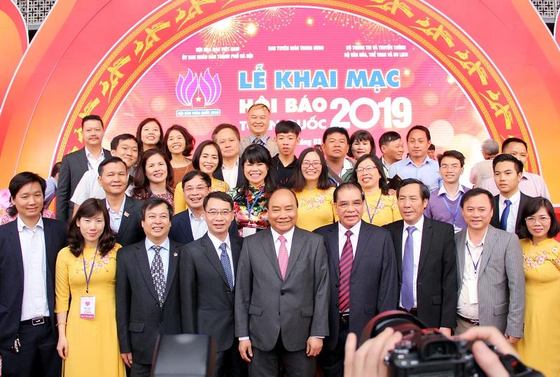 Thủ tướng Chính phủ Nguyễn Xuân Phúc và các đại biểu tham dự Hội báo toàn quốc 2019 cùng tập thể cán bộ, biên tập viên Tạp chí QLNN.