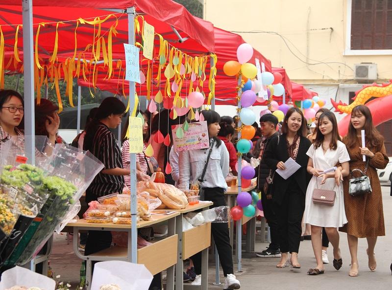 Các gian hàng với các mặt hàng đa dạng được đón nhiều lượt khách đến tham quan, mua sắm
