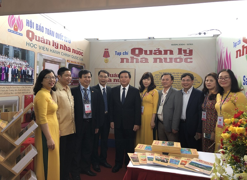 GS.TS. Nguyễn Xuân Thắng - Bí thư Trung ương Đảng, Giám đốc Học viện Chính trị Quốc gia Hồ Chí Minh tham quan gian trưng bày của Tạp chí QLNN.