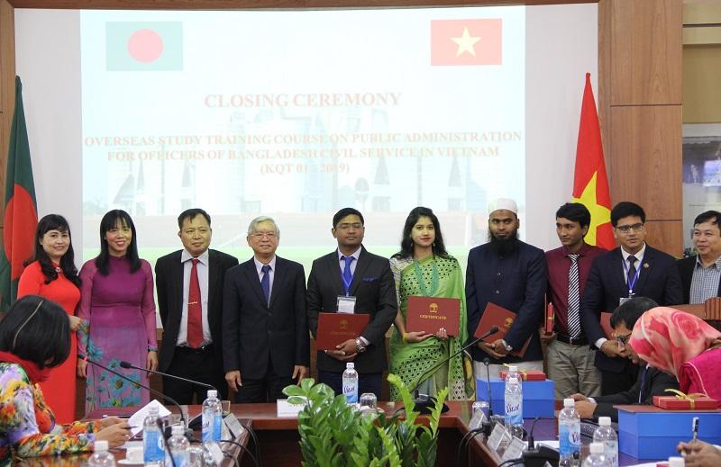 TS. Vũ Thanh Xuân – Phó Giám đốc Học viện Hành chính Quốc gia trao chứng chỉ hoàn thành khóa bồi dưỡng cho các học viên