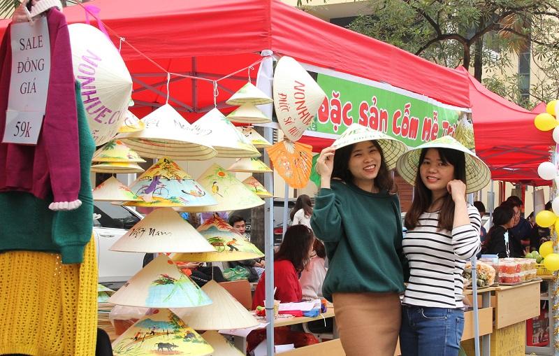 Nhiều đồ lưu niệm được giới thiệu, bày bán tại Hội chợ cũng được nhiều giảng viên trẻ quan tâm