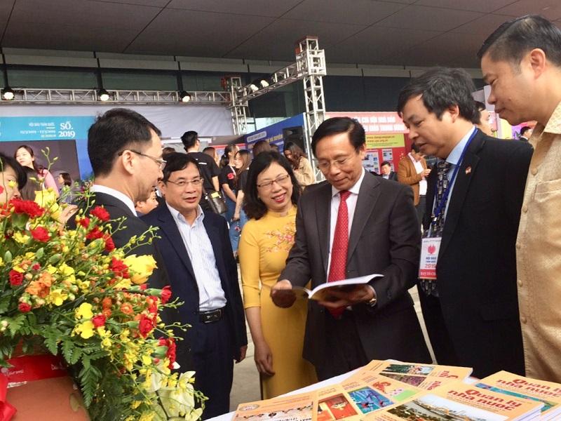 PGS.TS. Trương Ngọc Nam – Giám đốc Học viện Báo chí và Tuyên truyền tham quan gian trưng bày của Tạp chí QLNN.