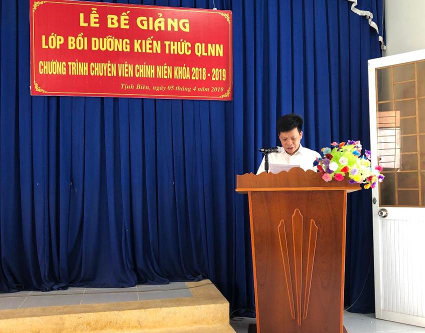 TS. Đặng Thành Lê, Viện trưởng Viện Nghiên cứu Khoa học hành chính phát biểu bế giảng lớp học