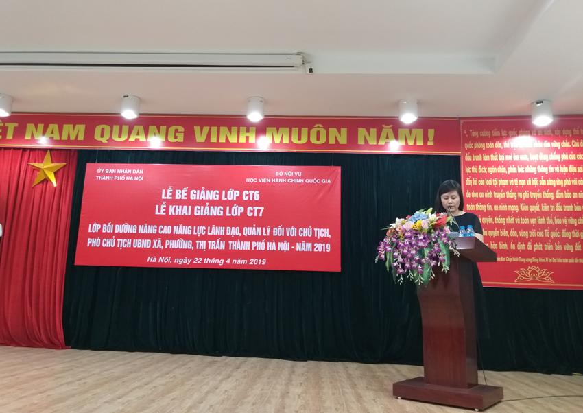 Đồng chí Lê Phương Thúy - Phó Trưởng ban, Ban Quản lý bồi dưỡng công bố các Quyết định liên quan đến khóa học của Giám đốc Học viện