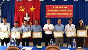 TS. Đặng Thành Lê, Viện trưởng Viện Nghiên cứu Khoa học hành chính trao giấy khen cho học viên đạt thành tích cao trong học tập