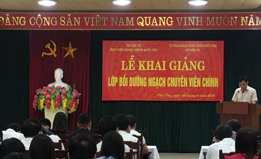 Ông Lê Tiến Hưng, Phó Giám đốc Sở Nội vụ tỉnh Phú Thọ phát biểu khai giảng