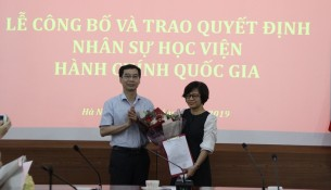 PGS.TS. Lương Thanh Cường – Phó Giám đốc Học viện trao Quyết định bổ nhiệm của Giám đốc Học viện và tặng hoa chúc mừng TS. Tạ Thị Hương