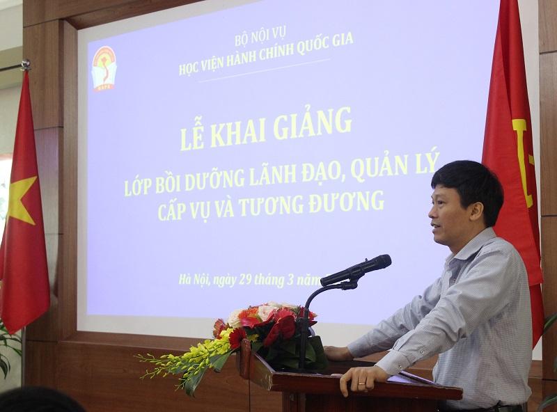 Học viên Nguyễn Thanh Bình - Giám đốc Trung tâm Thông tin, Bộ Nội vụ thay mặt các học viên tham gia Lớp bồi dưỡng phát biểu cảm ơn Lãnh đạo Bộ Nội vụ, Ban Giám đốc Học viện Hành chính Quốc gia