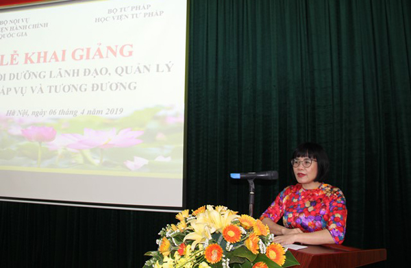Thứ trưởng Bộ Tư pháp Đặng Hoàng Oanh phát biểu tại Lễ khai giảng