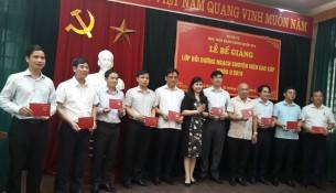 ThS. Lê Phương Thúy – Phó Trưởng ban, Ban Quản lý bồi dưỡng trao chứng chỉ cho các học viên và phát biểu tại buổi lễ