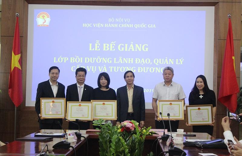 PGS.TS. Triệu Văn Cường - Thứ trưởng Bộ Nội vụ trao Giấy khen của Giám đốc Học viện cho các học viên đạt thành tích cao trong học tập