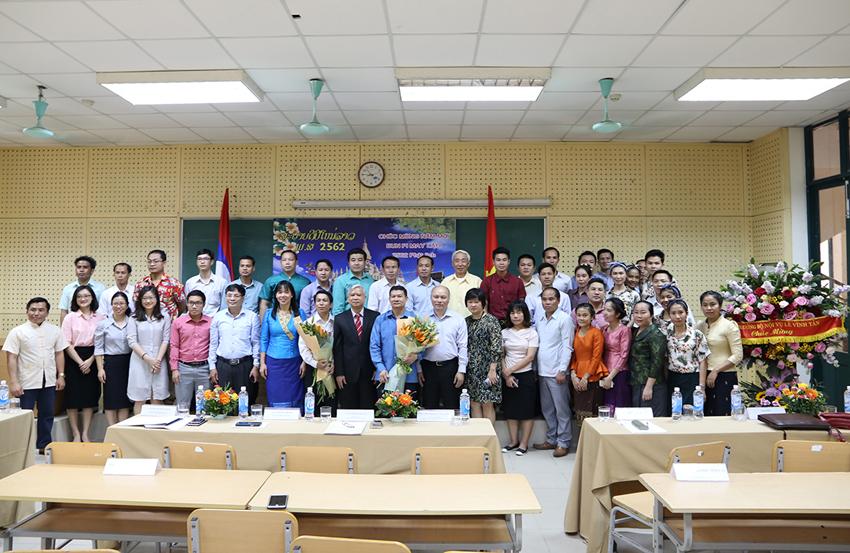 Các đại biểu và học viên tham dự buổi lễ chúc mừng năm mới Tết Bun-pi-may chụp ảnh lưu niệm