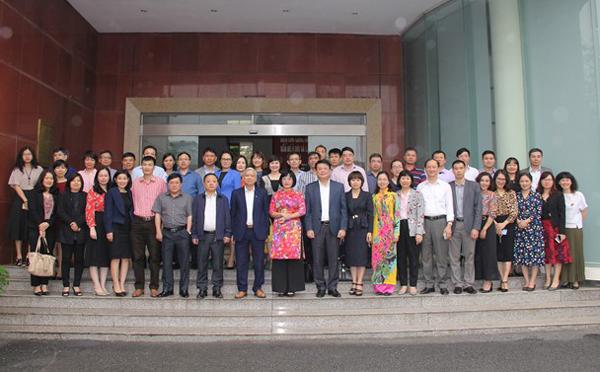 Thứ trưởng Đặng Hoàng Oanh, NGƯT.TS. Vũ Thanh Xuân, cùng các đại biểu, cán bộ, giảng viên và toàn thể học viên lớp học