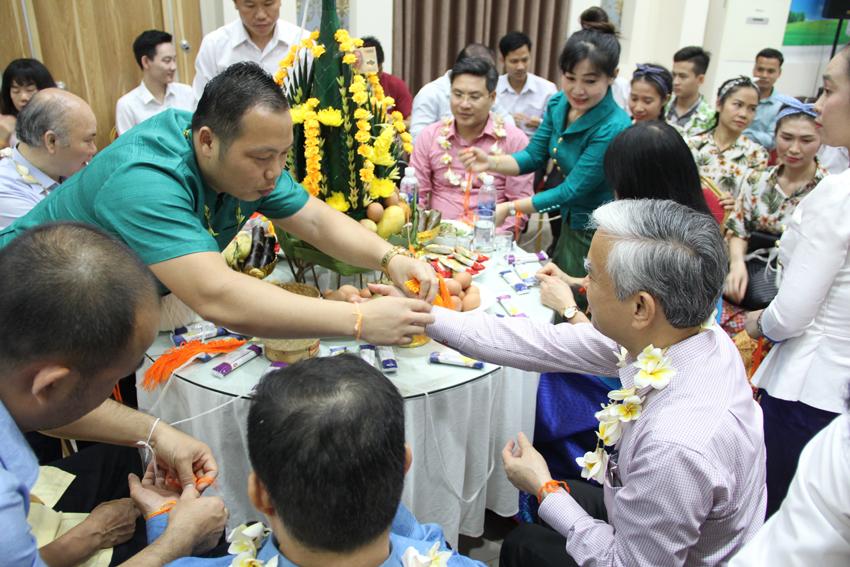 """Các đại biểu tham gia lễ """"Buộc chỉ cổ tay"""" tại lễ mừng năm mới Bun-pi-may Lào"""