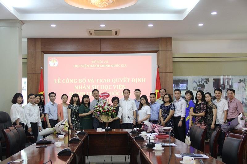 Tập thể lãnh đạo và giảng viên Khoa QLNN về xã hội chúc mừng TS. Tạ Thị Hương