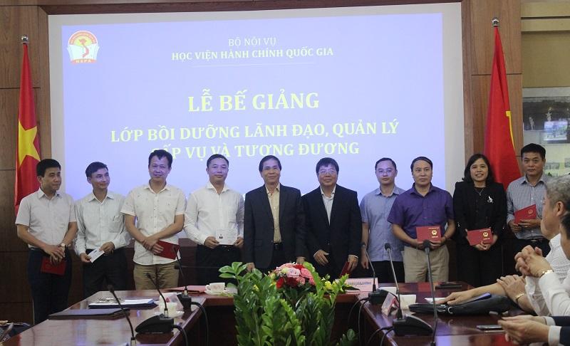 PGS.TS. Triệu Văn Cường - Thứ trưởng Bộ Nội vụ trao chứng chỉ cho các học viên