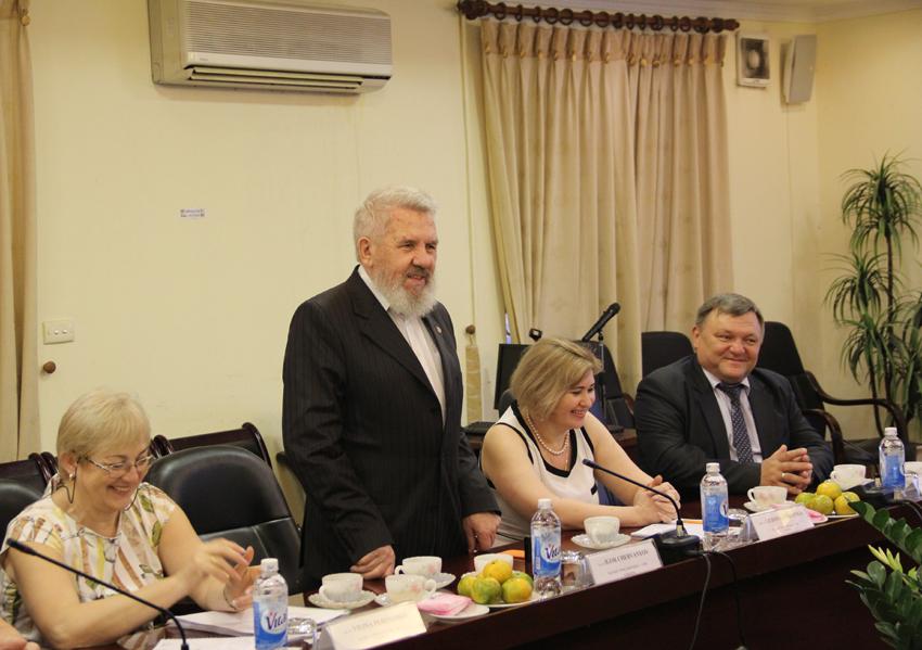 GS. TSKH. Igor Chervanyov phát biểu tại buổi làm việc