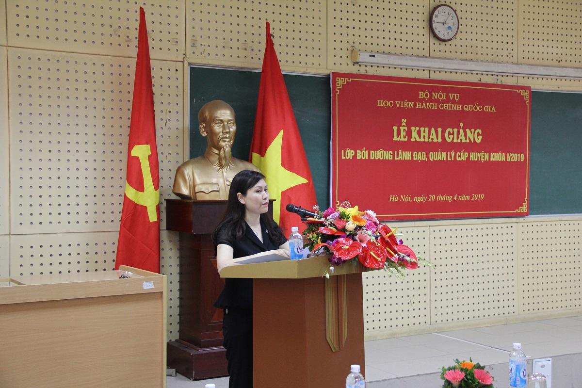 ThS. Lê Phương Thúy - Phó Trưởng Ban Quản lý bồi dưỡng công bố các quyết định khai giảng lớp học